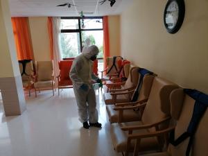Tareas de desinfección en una residencia.