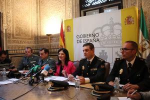 Inmaculada López Calahorro con responsables de Guardia Civil y Policía Nacional.
