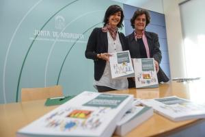 María José Rienda (izquierda), con los manuales para la formación de técnicos deportivos.