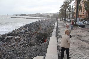 Aspecto que presenta la playa y el Paseo Marítimo Reina Sofía, en Almuñécar.