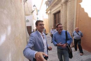 Francisco Cuenca y Baldomero Oliver, junto a la Casa Ágreda.