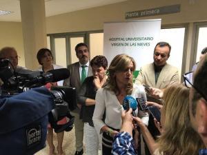 La consejera de Salud en una atención a medios en Granada.