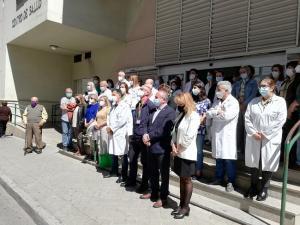 Profesionales del Centro de Salud Zaidín Sur y usuarios durante el minuto de silencio.