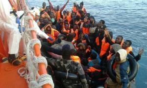 Momento del rescate en alta mar por la Salvamar Hamal.