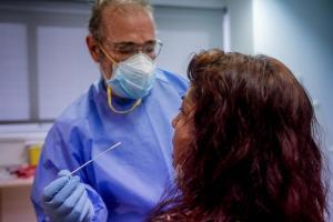 Profesional sanitario practicando una prueba PCR.