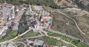 Imagen de San Miguel Alto en la que se aprecia la ermita, el centro de menores y parte de las parcelas que han sido objeto de litigio.