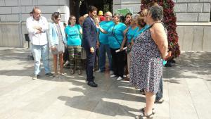Vecinas y vecinos de Santa Adela con el alcalde y los representantes de los grupos la pasada semana.