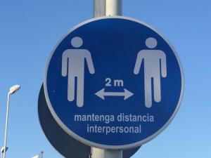 Señal que advierte mantener la distancia social.