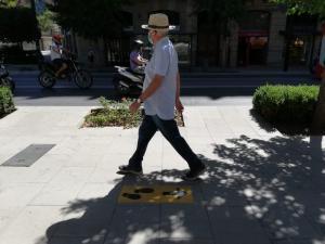 Un hombre pasea por Granada con mascarilla.