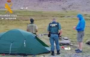 Agentes, junto a una tienda acampada en borreguiles del paraje Siete Lagunas.