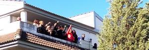 La pareja saluda desde el balcón de la vivienda tras parar el desahucio.