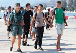 El grupo rescatado por la Guardia Civil a su llegada al Puerto de Motril.