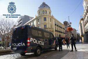 Una patrulla policial en Puerta Real.