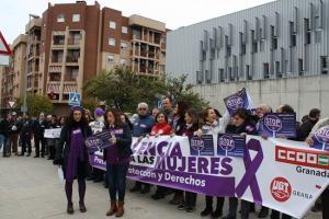 Concentración celebrada este lunes a las puertas de la sede de los sindicatos.