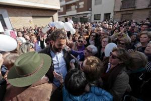 Jesús Candel, arropado por eguidores a las puertas del Juzgado de paz.