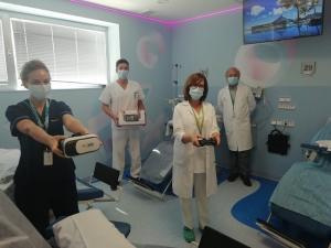 Profesionales de Oncología con los dispositivos para los adolescentes en tratamiento.