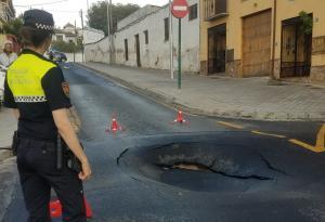 Foto, difundida por la Policía Local de Granada a través de twitter, del socavón en el Camino de San Antonio, en el Albaicín.