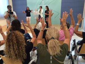 Aplausos en lengua de signos en la presentación de las actividades de Asogra.