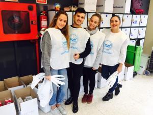Voluntarios y voluntarias, estudiantes de un instituto público del Zaidín.