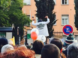 Candel muestra su bata blanca con el lema 'dos hospitales completos'.
