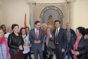 López y Cuenca con las vecinas de Santa Adela tras la firma del convenio.