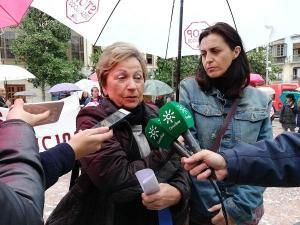 Mercedes (derecha) con una representante de Stop Desahucios 15M.