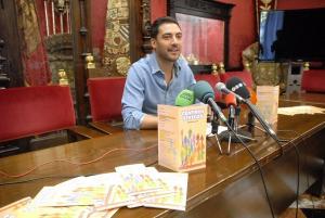 El concejal Eduardo Castillo informa de los talleres.