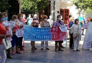 Imagen de una protesta por la supresión de talleres para mayores.