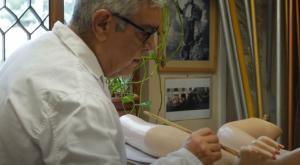 Enrique Cabrera, durante su labor de cuidado al maniquí de la Tarasca.
