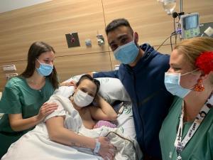 Thiago, con Estefanía y Alejandro, sus padres, y la matrona y la enfermera que asistieron el parto.