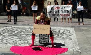 'Busco trabajo', se leía en el cartel que portaba el activista vestido de torero.