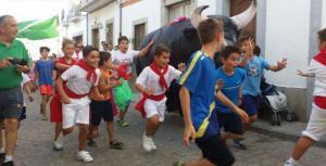 Toros de plástico hinchables como el de la foto recorrerán las calles del municipio.