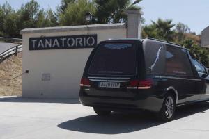 Momento de la llegada del coche fúnebre al tanatorio de Alfacar.