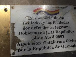 Una de las placas en memoria de las víctimas del fascismo en el Barranco de Víznar.