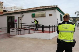 Militares de la UME durante las tareas de desinfección del entorno del centro de salud de La Herradura.