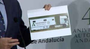 El portavoz de la Junta muestra el vehículo.