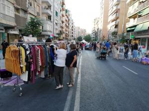 Los comercios del barrio expusieron sus prendas.