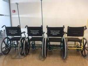 Sillas en las puertas de las urgencias del Hospital del Campus.