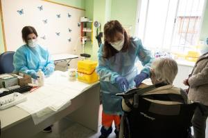 Vacunación en el centro de salud de Armilla.