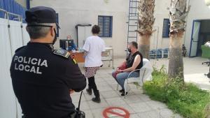 La vacunación de los agentes se ha llevado a cabo en el centro de salud de Almuñécar.