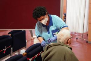 Imagen de la vacunación a personas mayores de 80 años.