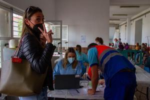 Una docente, al acceder al recinto para la vacunación.