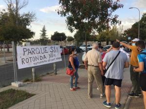 Vecinos de la Rosaleda, esta tarde durante la movilización.