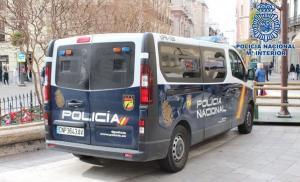 Vehículo policial en Puerta Real.