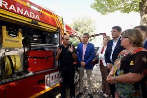 El jefe de Bomberos de Granada explica las características de los vehículos.