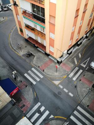 Impactante imagen de un cruce de calles vacío durante el confinamiento.