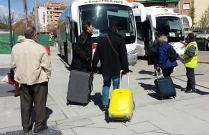 Viajeros subiendo al autobús en la estación de tren de Granada para viajar a la de Antequera.