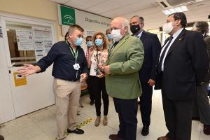 El consejero, durante su visita al centro de salud del Zaidín.