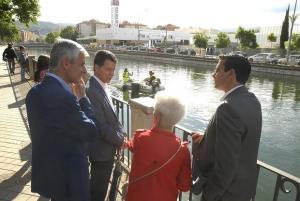 El alcalde visita las tareas del limpieza en el Genil.