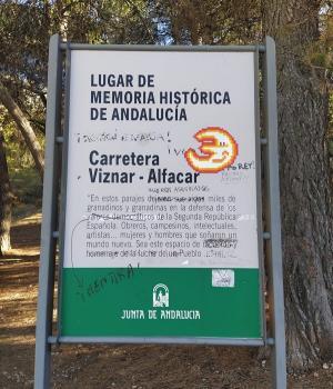 El colectivo pide al Ayuntamiento de Víznar que restaure la placa.